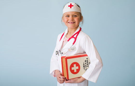 Flicka i sköterskeuniform