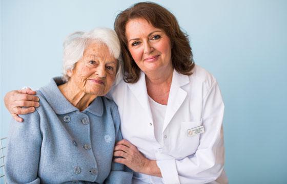 Äldre dam med personal